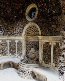 Nika a kamenná sedátka uvnitř Grotty. Foto M. Polák, 2013