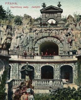 Původní jeskyně na dobové pohlednici