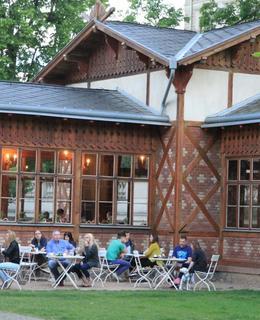 Letní restaurace v Pavilonu, vpravo část kuželníku (foto M. Polák, 2017)