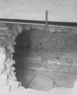 Odkryté zbytky mostu během průzkumu. Foto M.. Polák, 2003