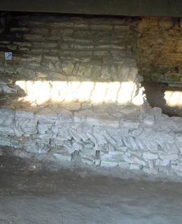 Šikmo kladené opukové kameny. Foto D. Broncová, r. 2020