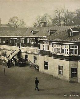 Studentský domov před prodloužením bočních křídel.