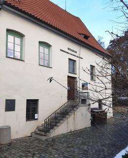 Deska je umístěna vedle schodů do muzea. Leden 2021 (foto D. Broncová)