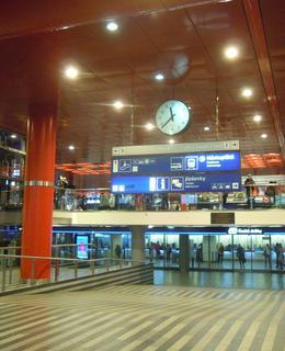 Odbavovací hala Hlavního nádraží Praha v únoru 2021 (foto D. Broncová)