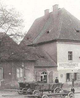 Budova celnice v Podskalí kolem r. 1910, sousední dům vlevo byl zbořen r. 1919