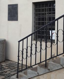 Pamětní deska vedle schodů z boku budovy (foto r. 2021)