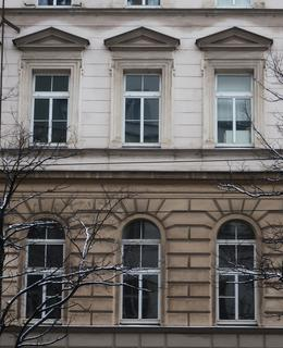 Bosovaná fasáda a frontony nad okny (Foto M. Polák, 7. 2. 2021)