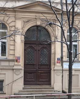 Portál do budovy (Foto M. Polák, 2021)