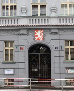 Portál se znakem a nápisem Jiráskovo gymnasium (Foto M. Polák, 2021)