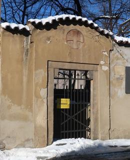 Umístění desky vedle kostelíku sv. Kosmy a Damiána (Foto M. Polák, únor 2021)