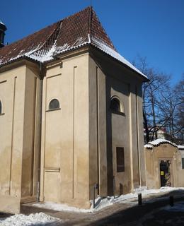 Kostelík sv. Kosmy a Damiána s pamětní deskou (Foto M. Polák, únor 2021)