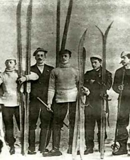 Josef Rössler uprostřed, jeho bratr Karel po jeho pravici