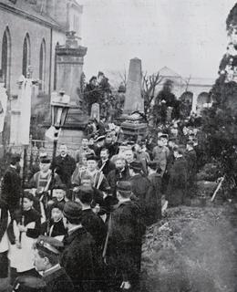 Pohřební průvod na Vyšehradském hřbitově (Zlatá Praha 1908)