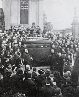 Básníkova rakev na smutečním oltáři před Slavínem (Zlatá Praha 1908)