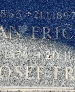 Jméno J. J. Friče je vytesáno v přední části rodinného hrobu. Foto D. Broncová, březen 2021