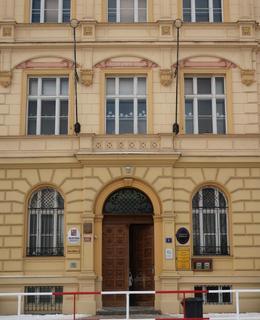 Vchod do ZŠ Kladská (Foto M. Polák, únor 2021)