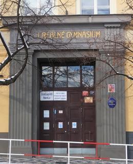 Vchod do školy (Foto M. Polák, únor 2021)