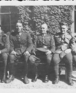 J.Evald s vojáky 21. čs. střeleckého pluku. Zdroj: rodinný archiv