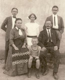 Rodina Evaldových, 1912, Karel vlevo, Jaroslav vpravo. Zdroj: rodinný archiv