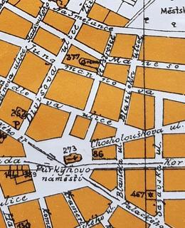 Na mapě je zhruba uprostřed vyznačena ulice Ve Pštrosce i aréna ve tvaru podkovy