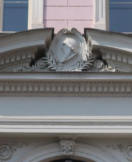 Reliéfní portrét J. A. Komenského nad vchodem (Foto M. Polák, 2021)