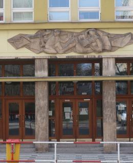 Vchod zdobí reliéf hrajících si dětí (Foto M. Polák, 2021)