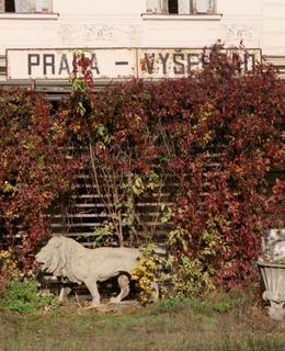 Plastiky Karla Nováka na nádraí Praha-Vyšehrad (Foto M. Polák, 90. léta 20. století)