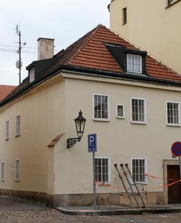Nárožní dům Apolinářská 8 (Foto M. Polák, 2021)
