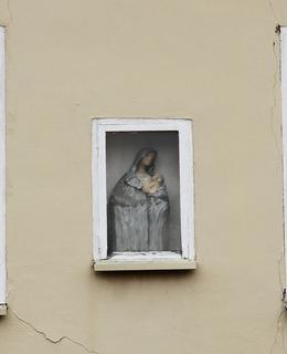 Soška Panny Marie v zasklené nice mezi okny (Foto M. Polák, 2021)