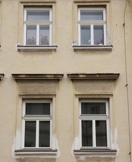 Průčelí domu do Kateřinské ulice, detail oken (Foto M. Polák, 2021)