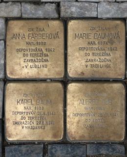 Kameny zmizelých před Budečskou 9 (Foto M. Polák, duben 2021)