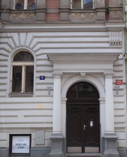Vchod do domu Budečská 9 (Foto M. Polák)