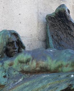 Stín smrti na Palackého pomníku (Foto M. Polák, květen 2021)