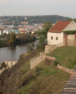 Pohled z bašty sv. Lumdily ke Strahovu a Petřínu (Foto M. Polák, 2020)