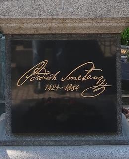 Faksimile skladatelova podpisu na náhrobním kamenu (Foto M. Polák, květen 2021)