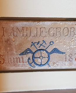 Pamětní deska k zahájení stavby Gröbeho vily, detail