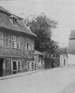Dům U Chravátů, vpravo Jedová chýše