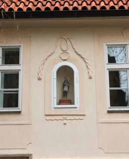 Nika mezi okny (Foto M. Polák, duben 2021)