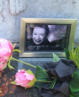 Foto Hany Maciuchové na hrobě Jiřího Adamíry (Foto M. Polák, červen 2021)