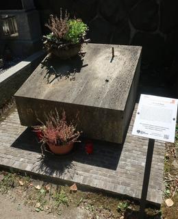 Tozro Bassova náhrobku na Vyšehradském hřbitově (Foto M. Polák, červen 2021)