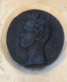 Plaketa s portrétem virtuosa na náhrobním kameni (Foto M. Polák, červen 2021)