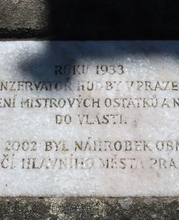 Pamětní deska na Slavíkově hrobě (Foto M. Polák, 2021)