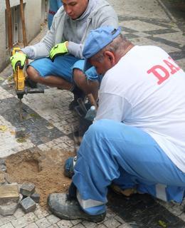 Po opravě chodníku byly oba kameny znovu instalovány 22. června 2021 (Foto M. Polák)