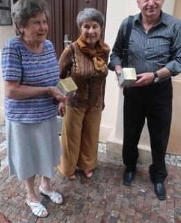 Vložení kamenů do chodníku se zúčastnili zástupci rodiny, která se s obětmi přátelila. (Foto M. Polák)