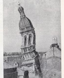 """Dosud neznámá fotografie odstřelu věže Vinohradské synagogy z Příručky pro střelmistry z roku 1960.  Zkušenosti, byly využity při boření dalších synagog a kostelů. """"Úsporné, bezpečné a ještě zbude více neporušených cihel pro budování lepších zítřků."""" (Archiv František Bányai)"""