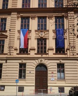 Průčelí se jmény zakrytými jmény prapory ČR a EU během státního svátku (Foto M. Polák, květen 2021)