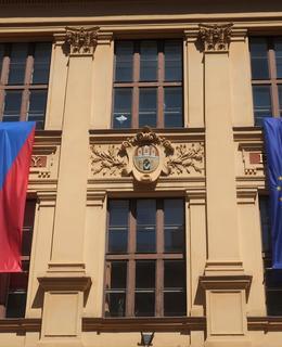 Městský znak v kartuši (Foto M. Polák, 2021)