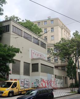 Měnírna v sousedství ubytovny Budeč (Foto M. Polák, 2021)