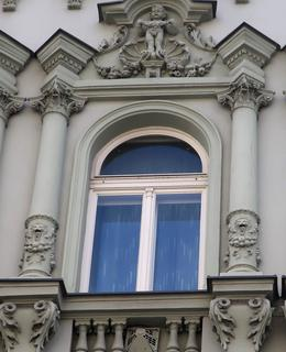 Nárožní dům v Rumunské 8 má velmi zdobenou fasádu (Foto M. Polák, červenec 2021)