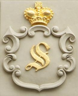 """""""S"""" upomínající na Salmy na Braunově domě na Karlově náměstí (Foto M. Polák, 2020)"""
